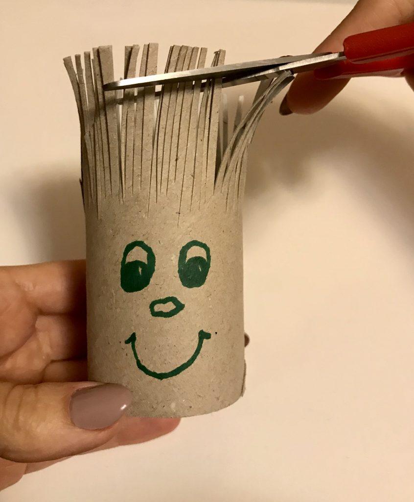 Haare schneiden lernen mit Klopapierrolle