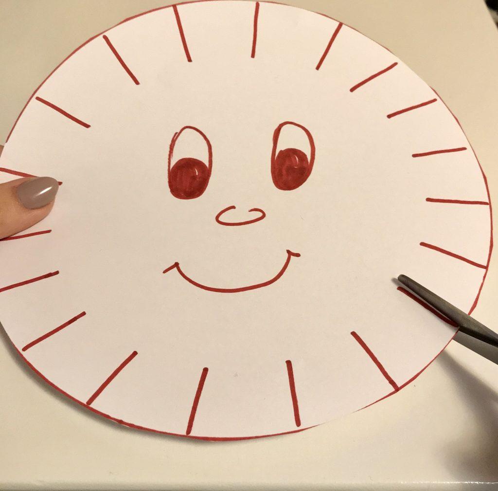 Pappteller Sonne Kanten schneiden lernen
