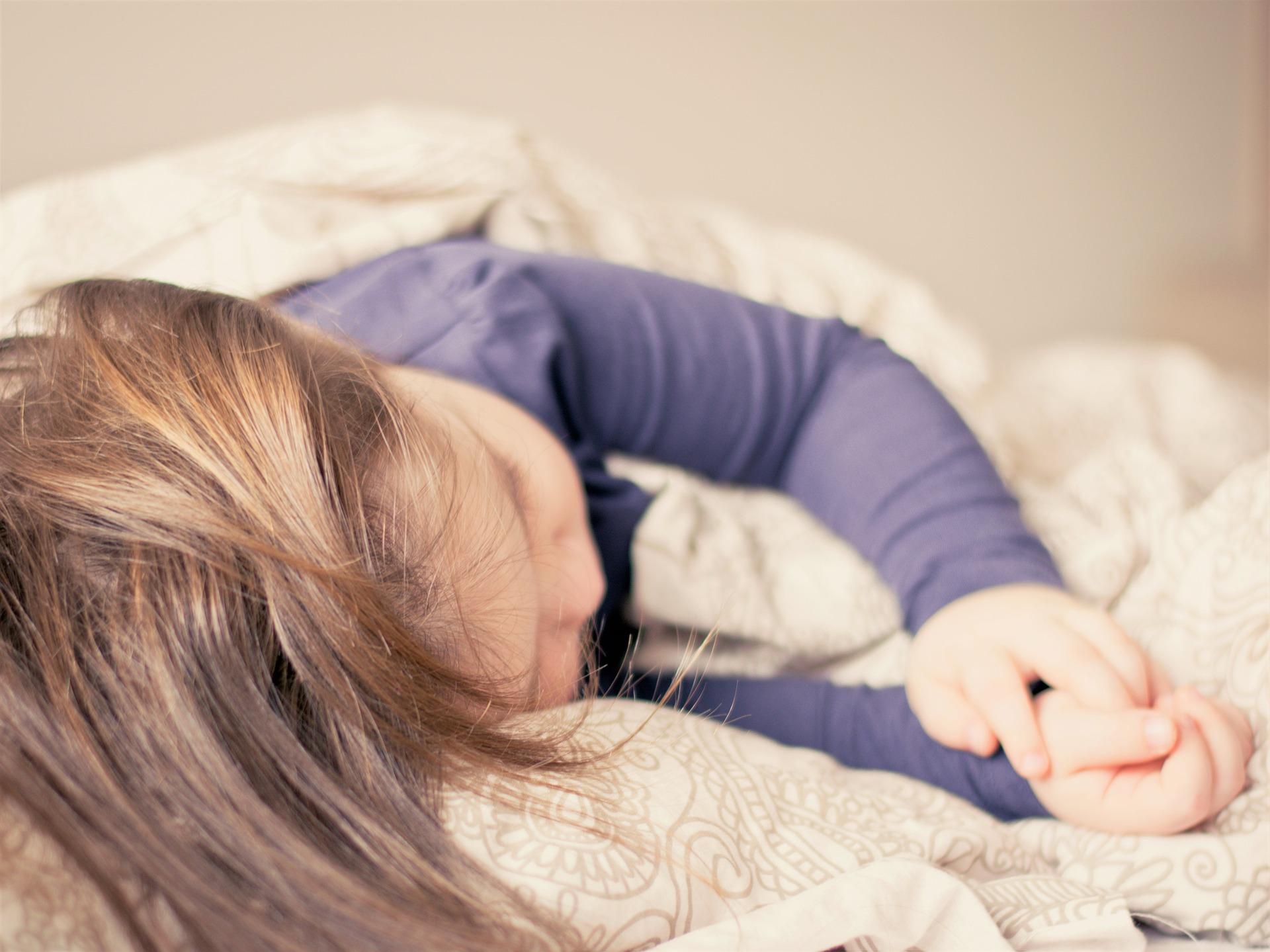 Die meisten Eltern hatten schon mindestens einmal Schwierigkeiten damit, ihr Kind ins Bett zu bring